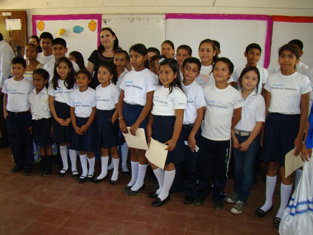 La cantautora Katia Cardenal, compartió una alegre mañana de música y conversación sobre la educación y el medio ambiente con niños y niñas del colegio España en Managua, quienes son beneficiados por Fundación Telefónica.