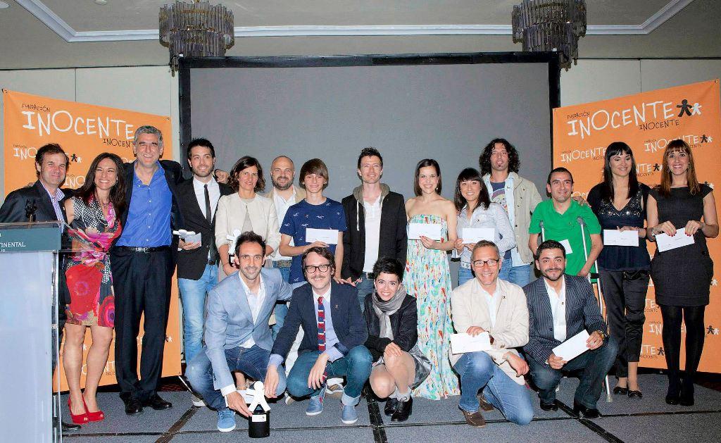 Todos los galardonados en la tercera edición de los Premios Inocente. Elena Valderrábano, directora general de Fundación Telefónica (quinta por la izquierda de pie), recogió el premio que reconoce el apoyo de los Voluntarios Telefónica a la Gala Inocente.
