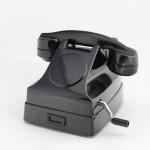 Teléfono de sobremesa modelo DAH-1101, elaborado en baquelita negra, de batería central y llamada por magneto