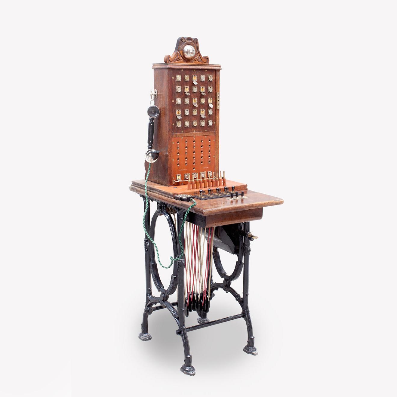 Centralita: modelo pupitre con batería local, 1884