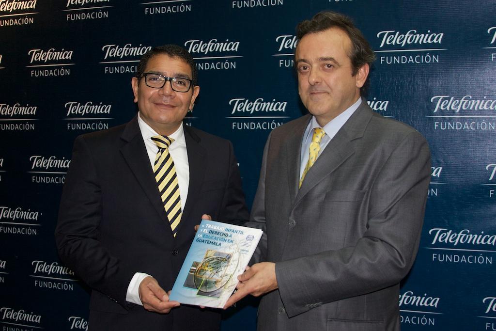 José Antonio Fernández Valbuena, director de Fundación Telefónica Guatemala (derecha), fue el encargado de presentar el libro.