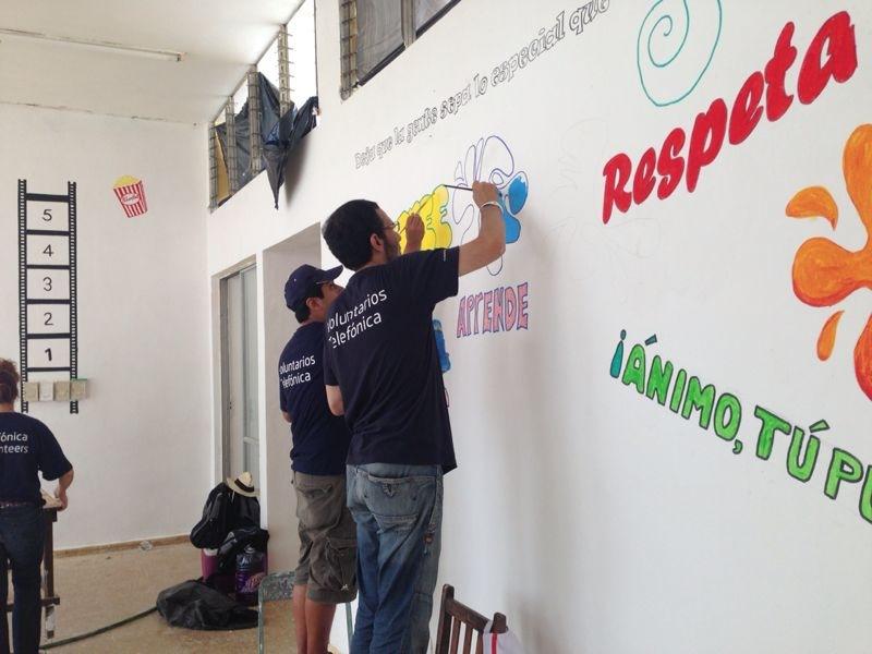 Voluntarios decorando el Centro