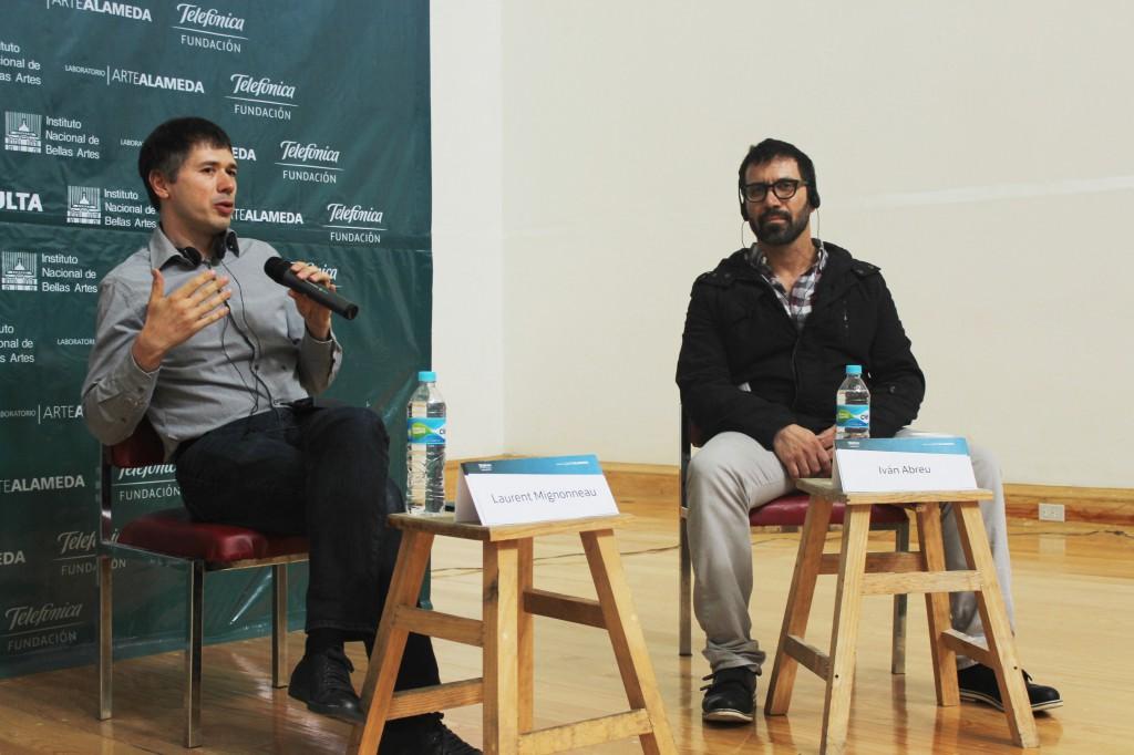 Laurent Mignnoneau, en presencia de Iván Abreu, charla con los asistentes