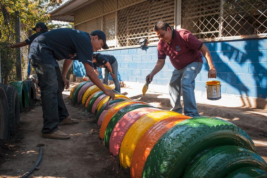 Los Voluntarios elaboraron macetas para ornamentar la escuela,  pintaron murales, y crearon juegos con llantas recicladas.