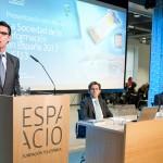 El ministro de Industria, Energía y Turismo, Jose Manuel Soria, habla durante el acto de presentación. Sentados Jose María Álvarez-Pallete, consejero delegado de Telefónica, y Emilio Giolmo, vicepresidente ejecutivo de Fundación Telefónica.
