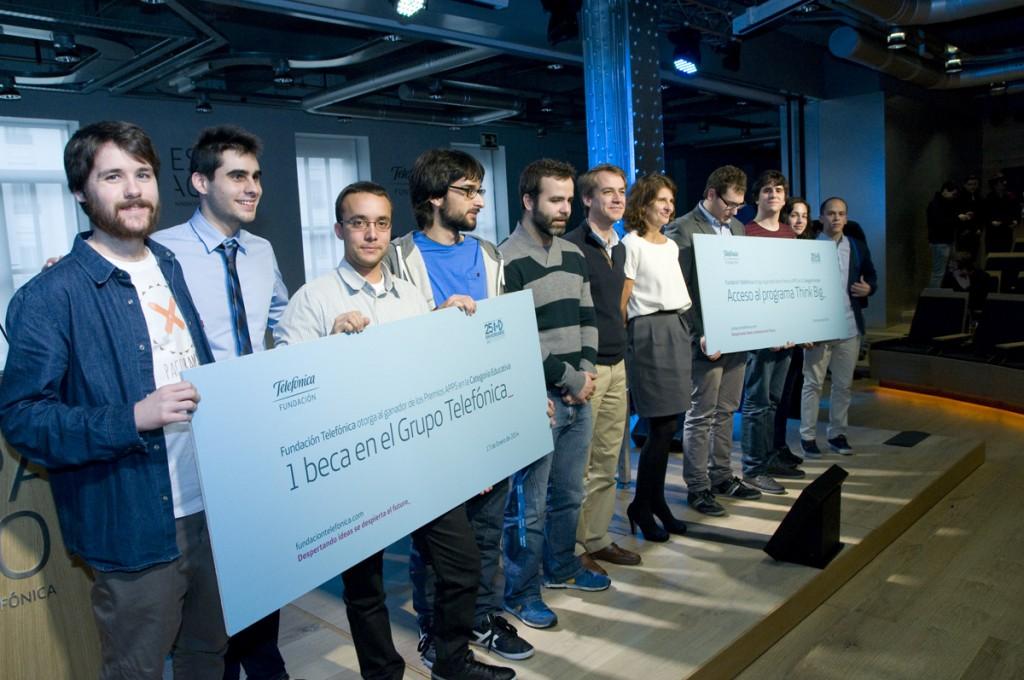 Foto de los ganadores junto a Elena Valderrábano (en el centro), directora general de Fundación Telefónica.