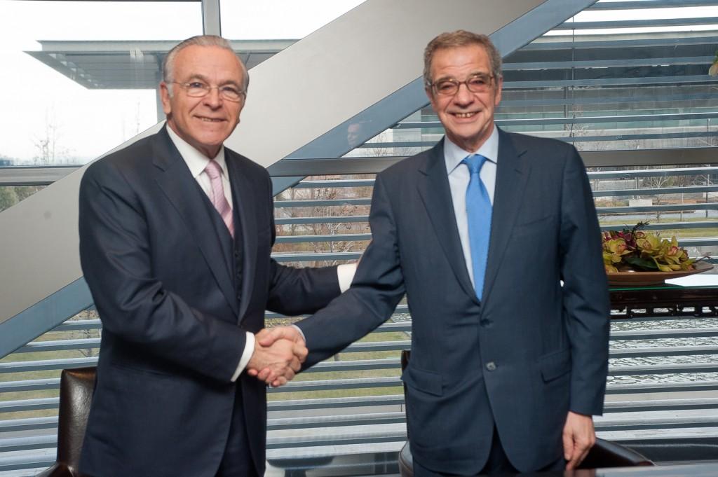 """El presidente de Telefónica y Fundación Telefónica, César Alierta (dcha), y el presidente de """"la Caixa"""" y de la Fundación """"la Caixa"""", Isidro Fainé, durante la firma de la alianza."""