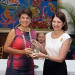 La primera dama de Panamá entrega el premio a Vicky Riaño (izda), responsable de Fundación Telefónica en Centroamérica