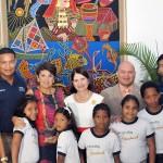 Marta Linares de Martinelli, primera dama panameña (dcha) y Vicky Riaño, responsable de Fundación Telefónica en Centroamérica, posan con un grupo de niños y jóvenes.