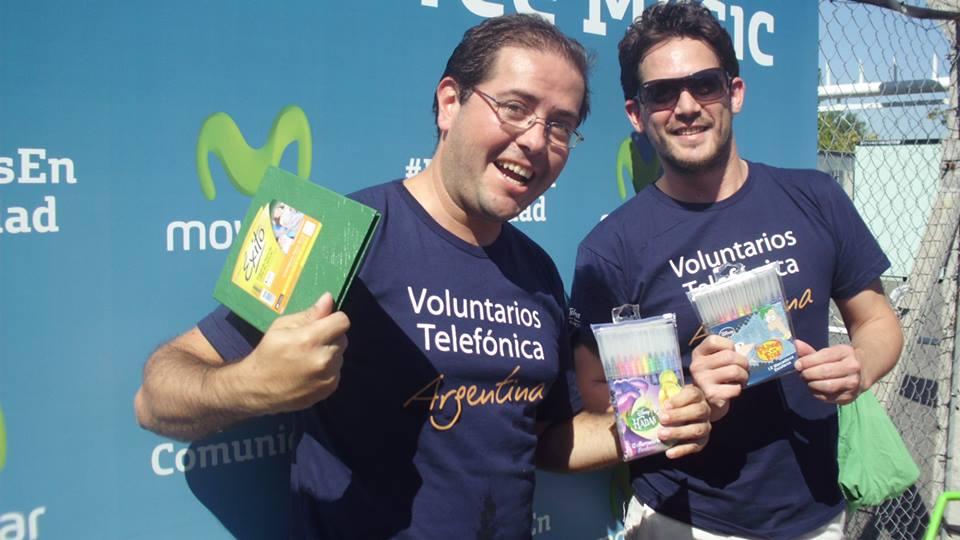 """Los voluntarios participaron en la iniciativa """"1000 juguetes para 1000 chicos"""", donde los asistentes al recital pudieron armar juguetes con material reciclado."""