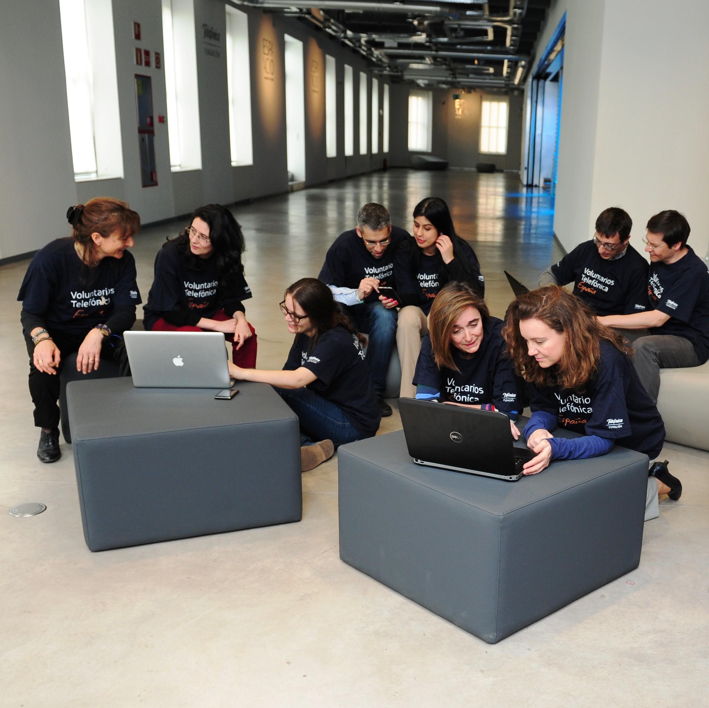 El programa Voluntarios Telefónica ha creado la modalidad de Voluntarios Online, que abre paso al voluntariado profesional, mucho más flexible por horarios y por su carácter virtual.
