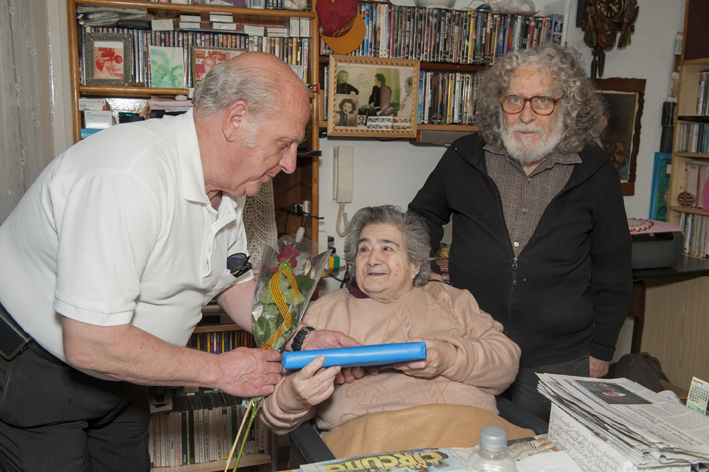 Los voluntarios recogerán un libro y una rosa en la sede de la Fundació Avismón-Catalunya y los regalarán a los mayores