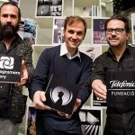 Jorge Martínez (izda) y Phil Gonzalez, promotores de Instagramers Gallery, rodean a Andrés Pérez Perrucares, ponsable de programación del Espacio Fundación Telefónica.