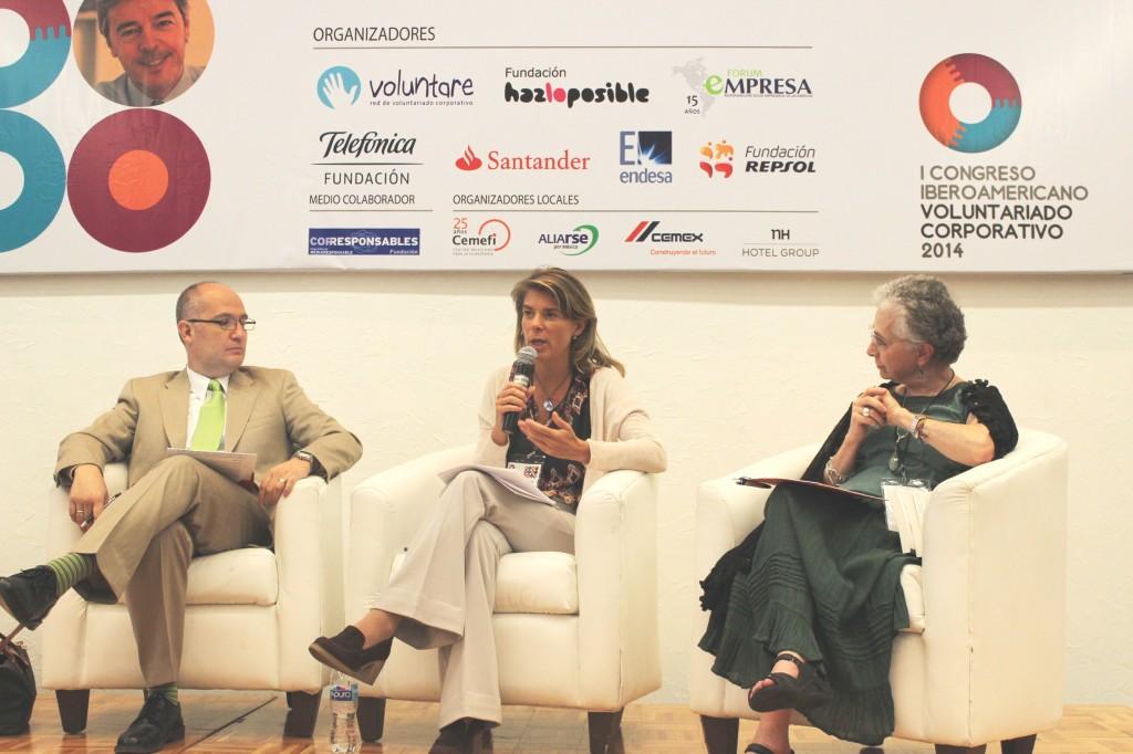 Marian Juste, directora del proyecto Voluntarios Telefónica, habla durante el Congreso.