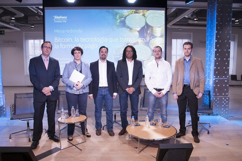Foto de grupo con presentadora, moderador y ponentes en la mesa redonda.
