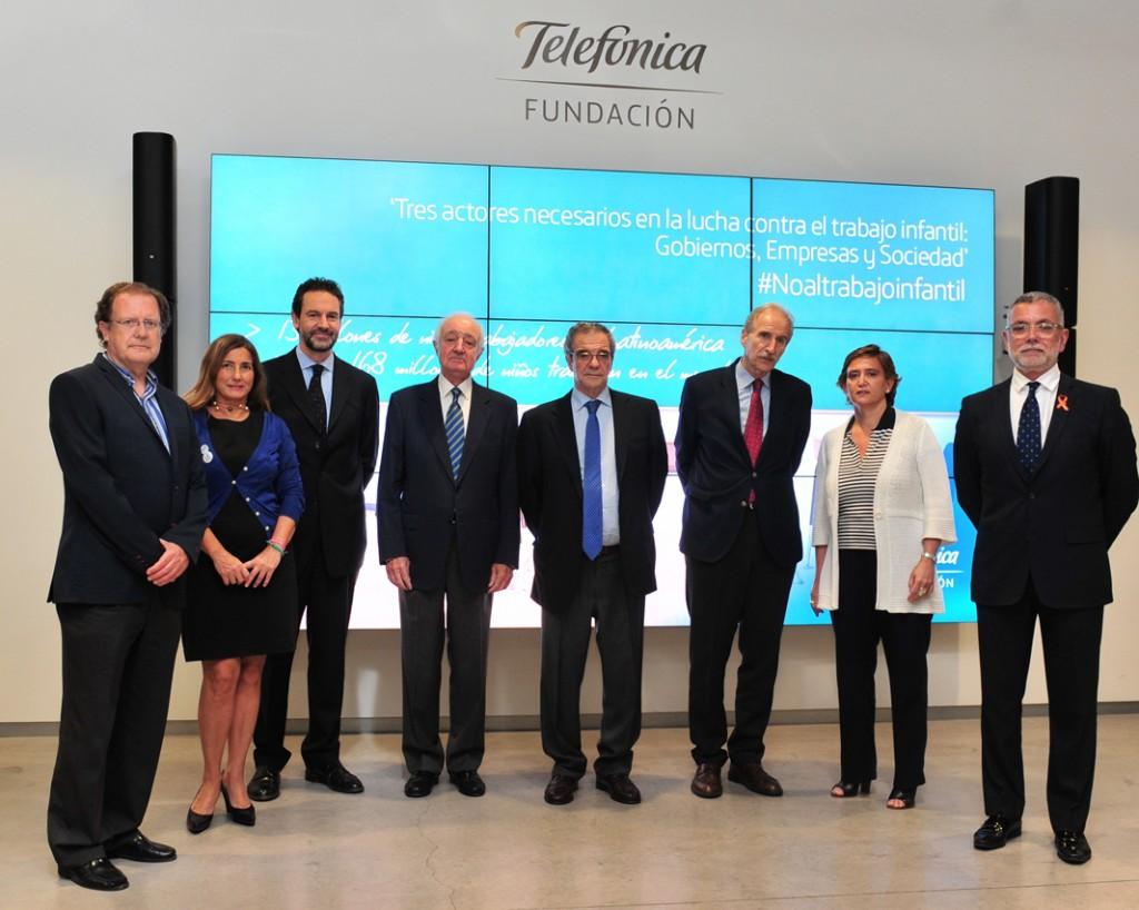 Foto de grupo con los participantes en el coloquio.