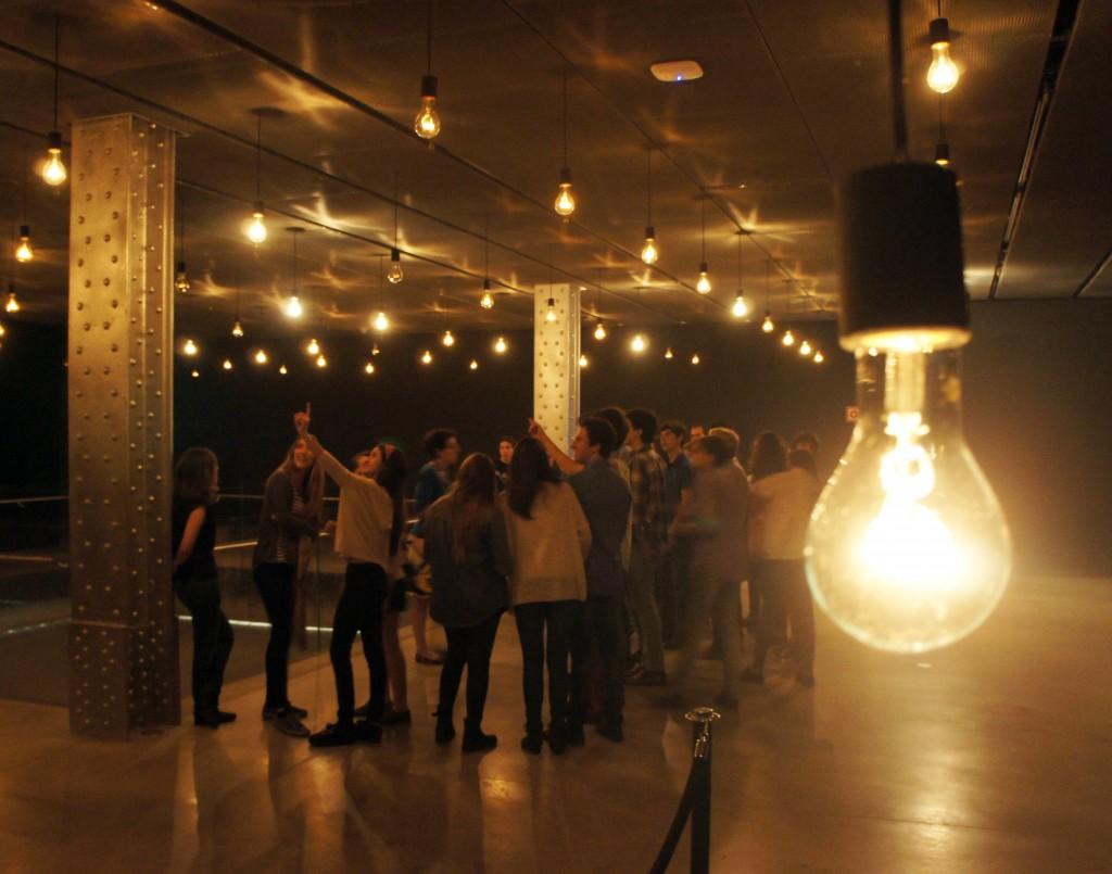 Los estudiantes disfrutaron de la exposición de Rafael Lozano-Hemmer en el Espacio Fundación Telefónica.