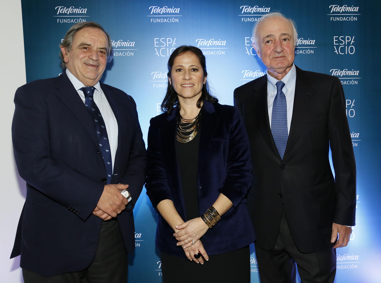 Agustina Catone, directora de Fundación Telefónica Argentina, entre Luis Blasco, presidente de Telefónica Argentina (izda) y Emilio Gilolmo, Vicepresidente Ejecutivo de Fundación Telefónica España.