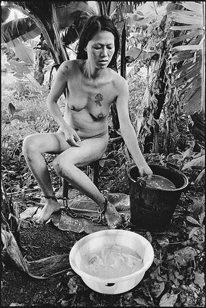 Lu Nan - Prisionera bañandose / Female prisoner bathing, Myanmar, 2006 © Lu Nan