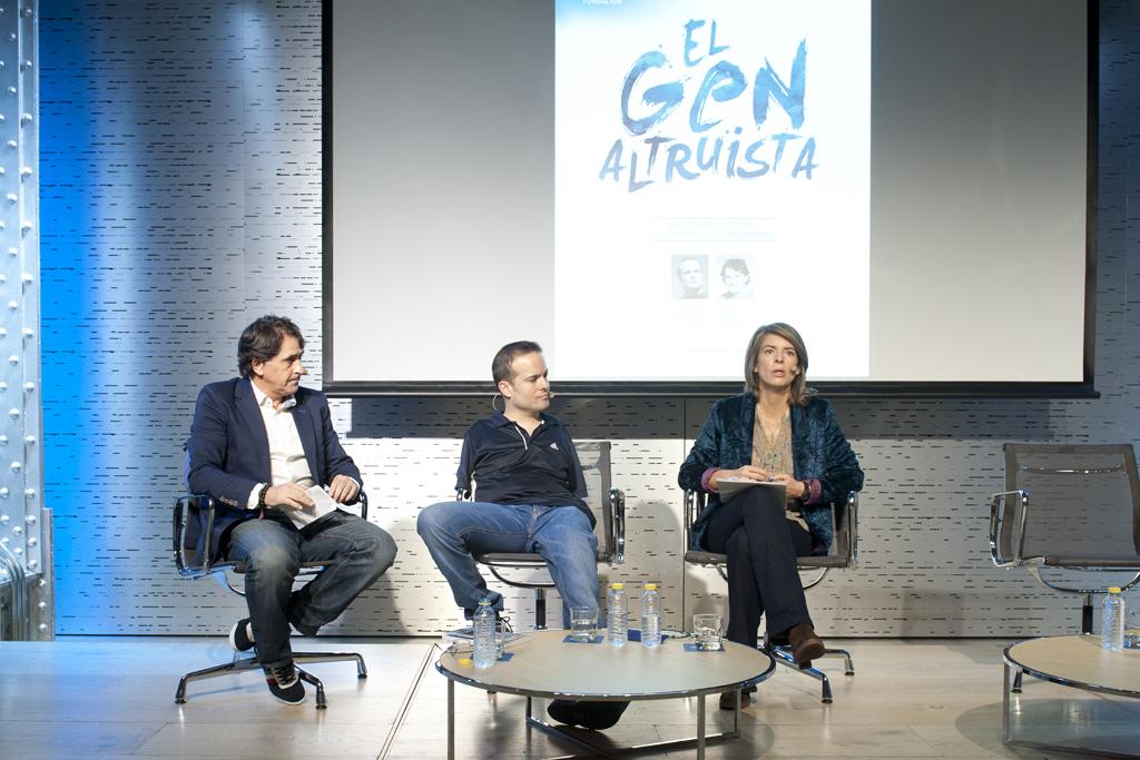 La moderadora, Marian Juste, presidenta de Voluntarios Telefónica, con Raúl Ruiz y Javier Hernández
