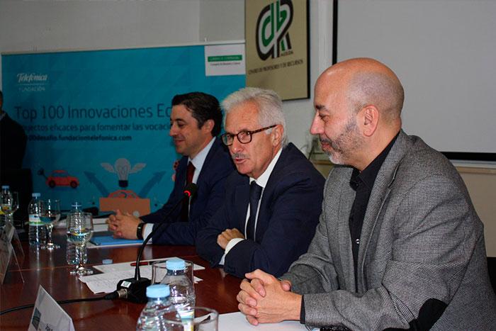 De izquierda a derecha, Miguel Ángel Pérez Polo, director autonómico de Telefónica; César Díez Solís, secretario general de Educación del Gobierno de Extremadura; y Joan Cruz, director de coordinación territorial de Fundación Telefónica, durante la presentación