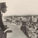 El rey Alfonso XIII contempla las vistas de Madrid desde la azotea del edificio de Telefónica. Madrid 13 octubre 1927 ©Telefónica