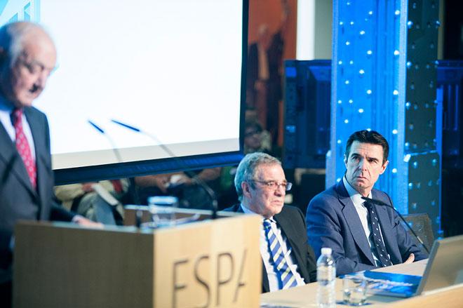 Un momento del discurso de Emilio Gilolmo en la presentación del sie14, bajo la atenta mirada de César Alierta y el ministro de Industria José Manuel Soria