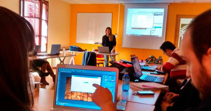 Los jóvenes de la Lanzadera de Segovia, en el taller de Photoshop