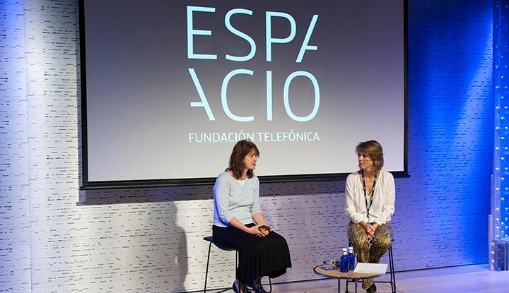 De izda. dcha.: la presidenta del European Volunteer Centre (CEV), Eva Hambach, y la directora de Voluntarios Telefónica, Marián Juste.