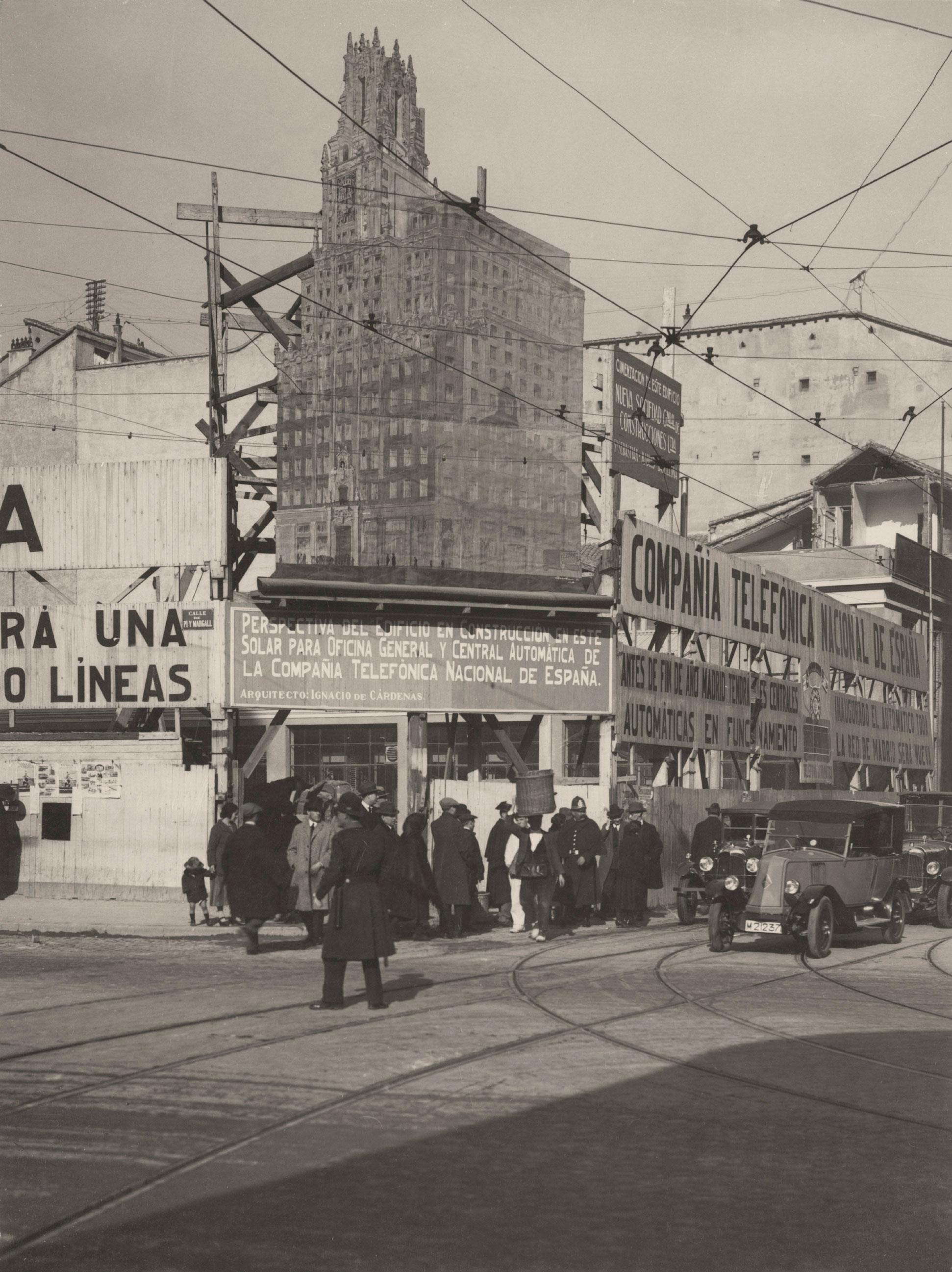 Anónimo, 1927. Valla en el chaflán del solar adquirido por la Telefónica, en la Avenida Pi y Margall, para construir sus oficinas generales y Central Automática de Gran Vía. Madrid