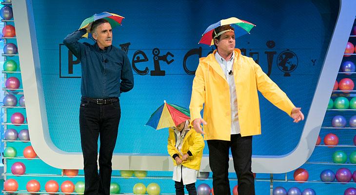 ¡La que han montado el profesor Roberto y su ayudante Mario Picazo! En la sección de demostraciones científicas,han experimentado con reacciones químicas y han hecho volar por los aires cientos de carretes defotos, un espectáculo que ha dejado a los espectadores con ganas de más.