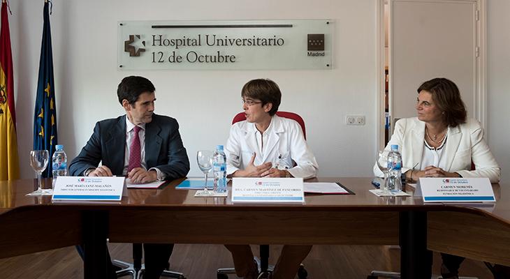 José Mª Sanz Magallón, director general de Fundación Telefónica; y la dra. Carmen Martínez de Pancorbo González, directora gerente Hospital Universitario 12 de Octubre. A la dcha: Carmen Morenés, responsable del área de Voluntariado de Fundación Telefónica.