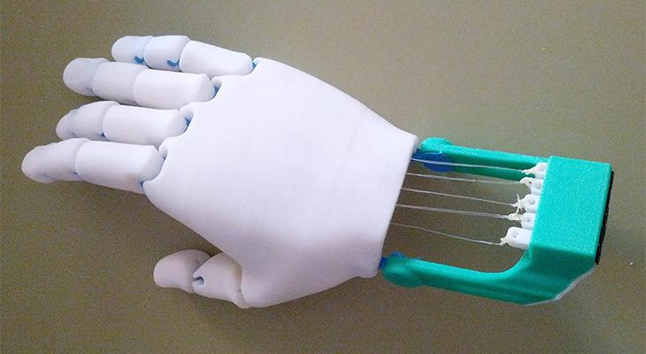 Prototipo de una mano biónica construido por alumnos de 6º de Primaria para su compañera Mariam.