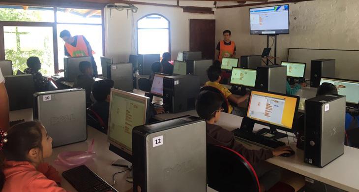 Niños en la escuela-granja de la Fundación Cecilia Rivadeneira programando con scratch