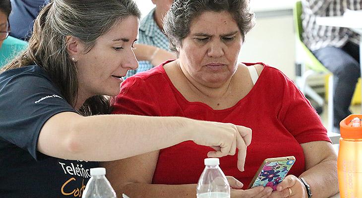 Una Voluntaria Telefónica enseña a usar el móvil