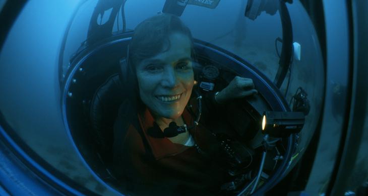 Sylvia Earle se prepara para sumergirse en las profundidades. Kip F Evans. THESEA 2000.