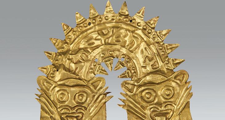 Nasca (200 a.C.-650 d.C.) Adorno de metal que representa a una criatura serpentiforme Museo de Arte de Lima. Donación Memoria Prado.
