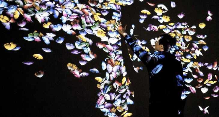teamLab, Flutter of Butterflies Beyond Borders, Ephemeral Life born in Au-delà des limites, 2019, instalación en La Villette, Paris. Imagen aproximada de la instalación en Espacio Fundación Telefónica. © teamLab, cortesía de Pace Gallery.