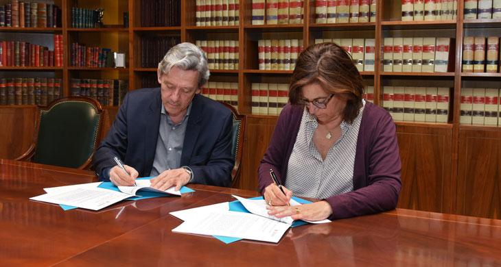Firma del convenio por parte de Carmen Morenés, directora General de Fundación Telefónica e Isidro Juan Rodríguez Hernández, director general de la Fundación Secretariado Gitano