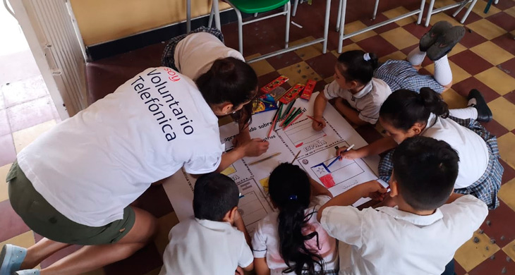 Niños jugando con una Voluntaria en las Vacaciones Solidarias Internacionales