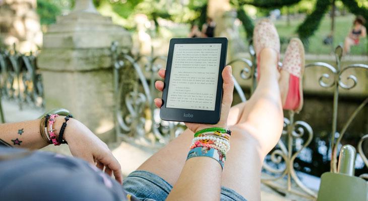 mujer leyendo en libro electrónico