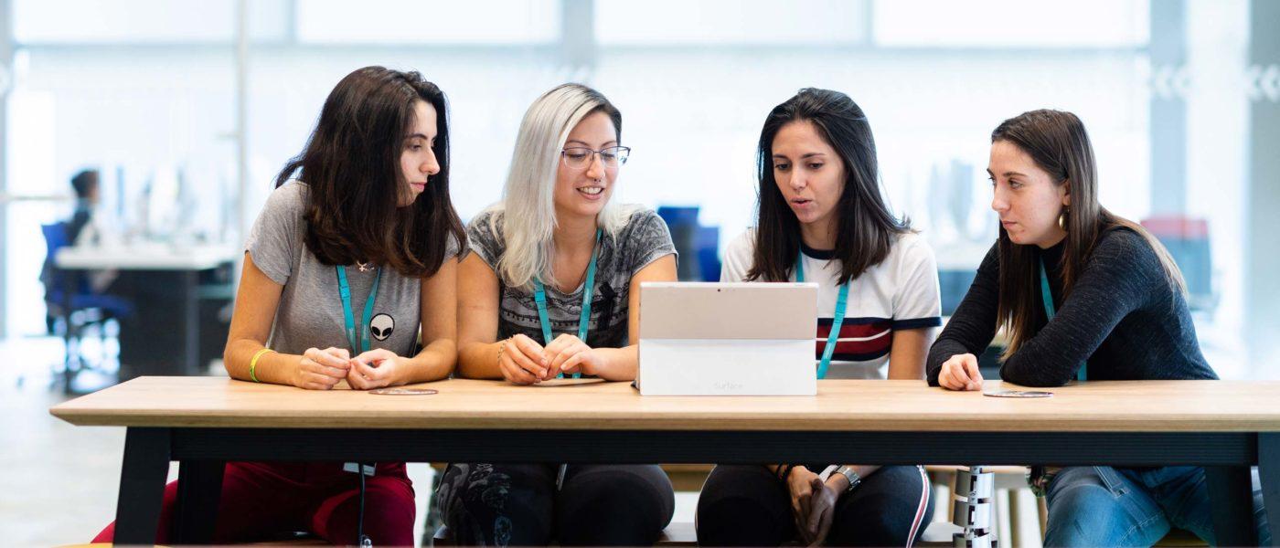 Conectar a las jóvenes con la tecnología
