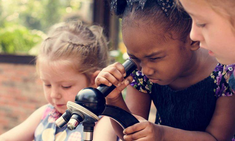 Estrategias para alentar a las niñas a estudiar carreras STEM